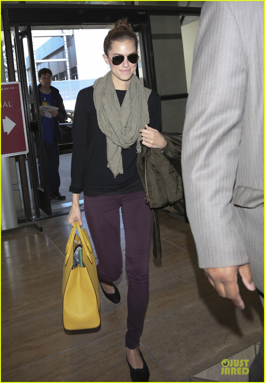 lena dunham allison williams fly out of lax 04