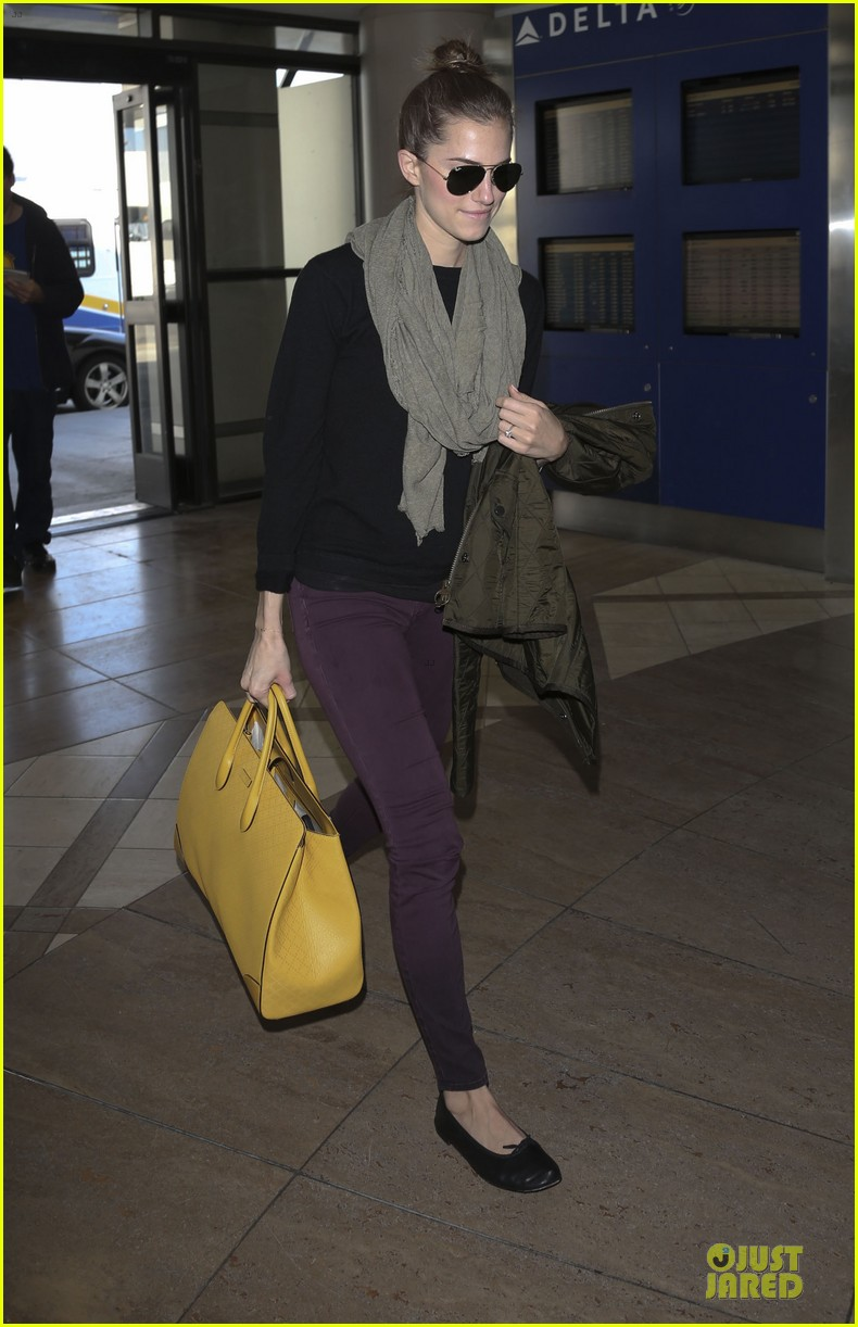 lena dunham allison williams fly out of lax 073072437