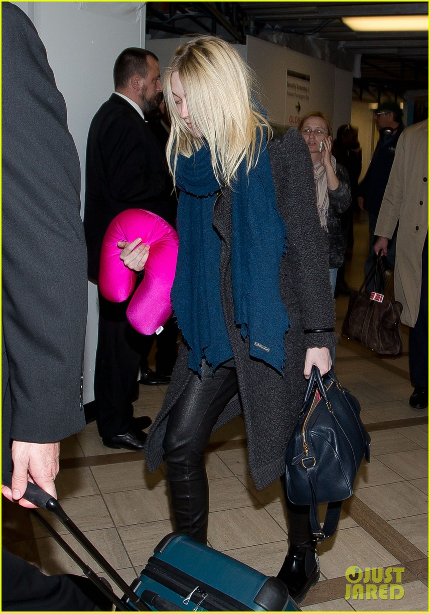 dakota elle fanning are chic sisters on separate continents 053067534