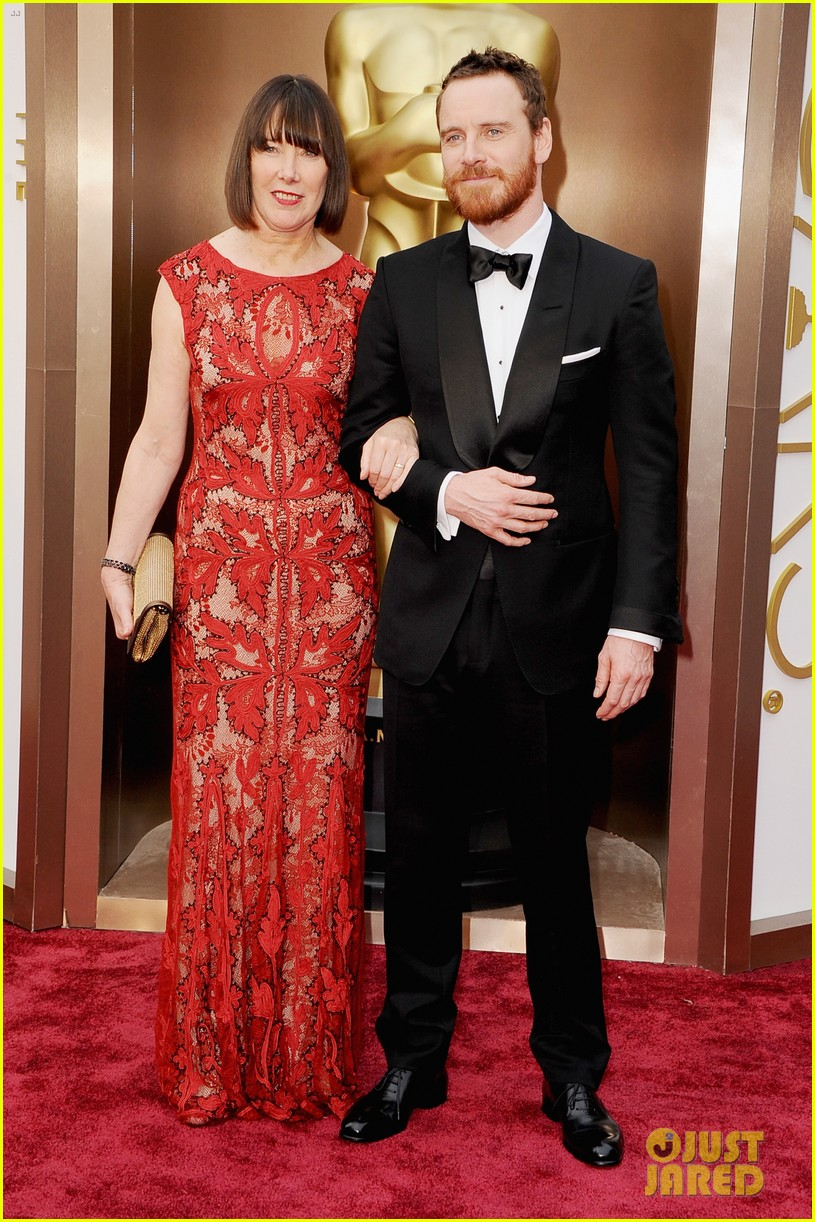 michael fassbender takes his mom to the oscars 2014 023064144