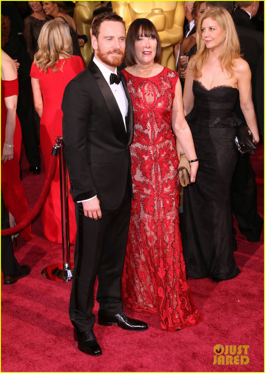 michael fassbender takes his mom to the oscars 2014 04