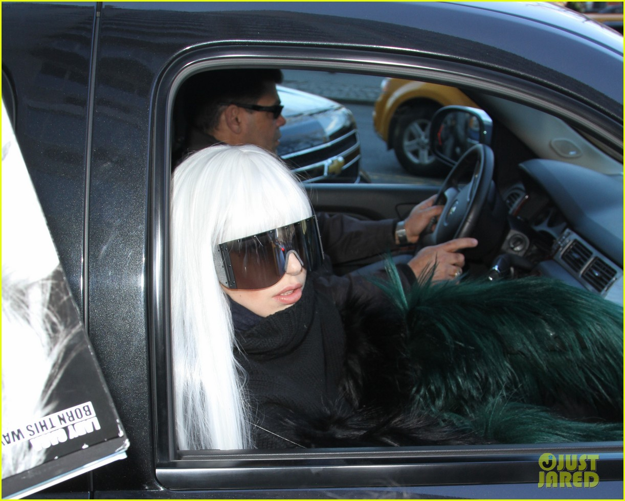 lady gaga vaccuums her sinuses away 15