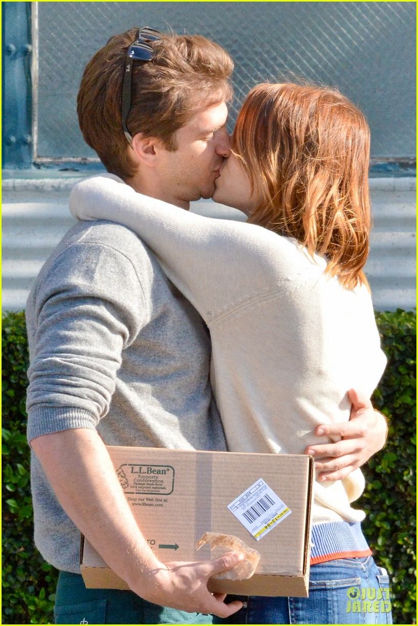andrew garfield emma stone kiss during errand run 16