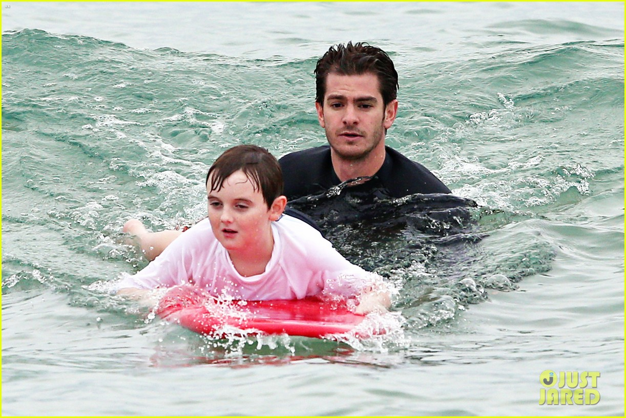 andrew garfield teaches autistic kids to surf 033075594