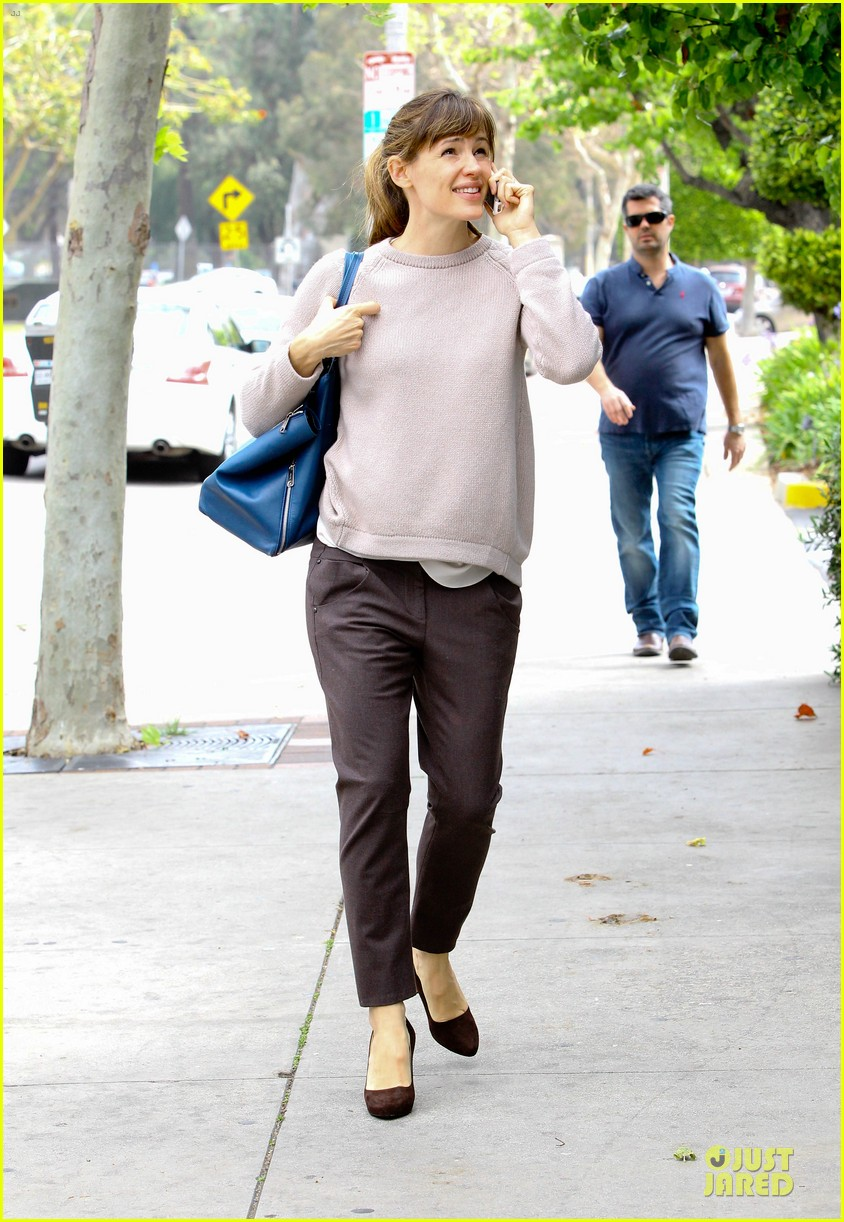 jennifer garner adds blue to errand run 10