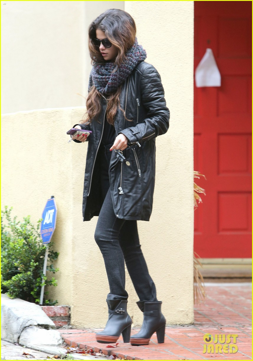 selena gomez bundles up on a rare rainy day in los angeles 083063241