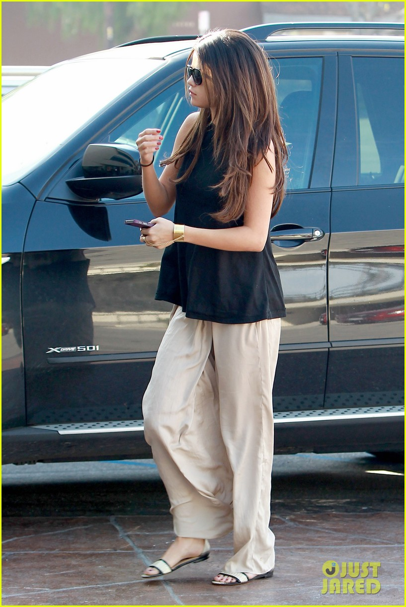 selena gomez emerges after justin biebers instagram post 033066559