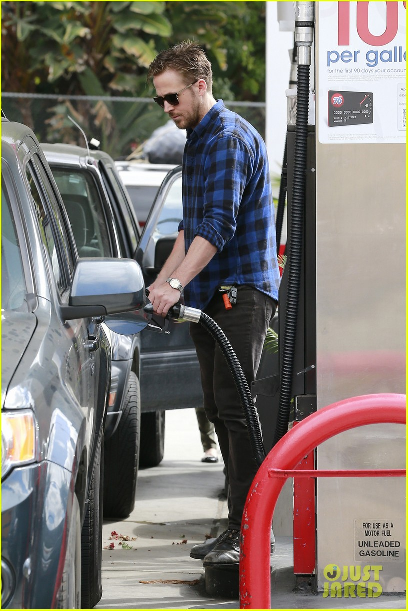 ryan gosling looks mighty fine pumping his own gas 02