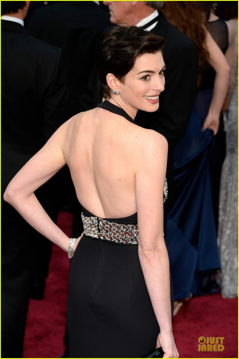 anne hathaway flashy entrance on oscars 2014 red carpet 04