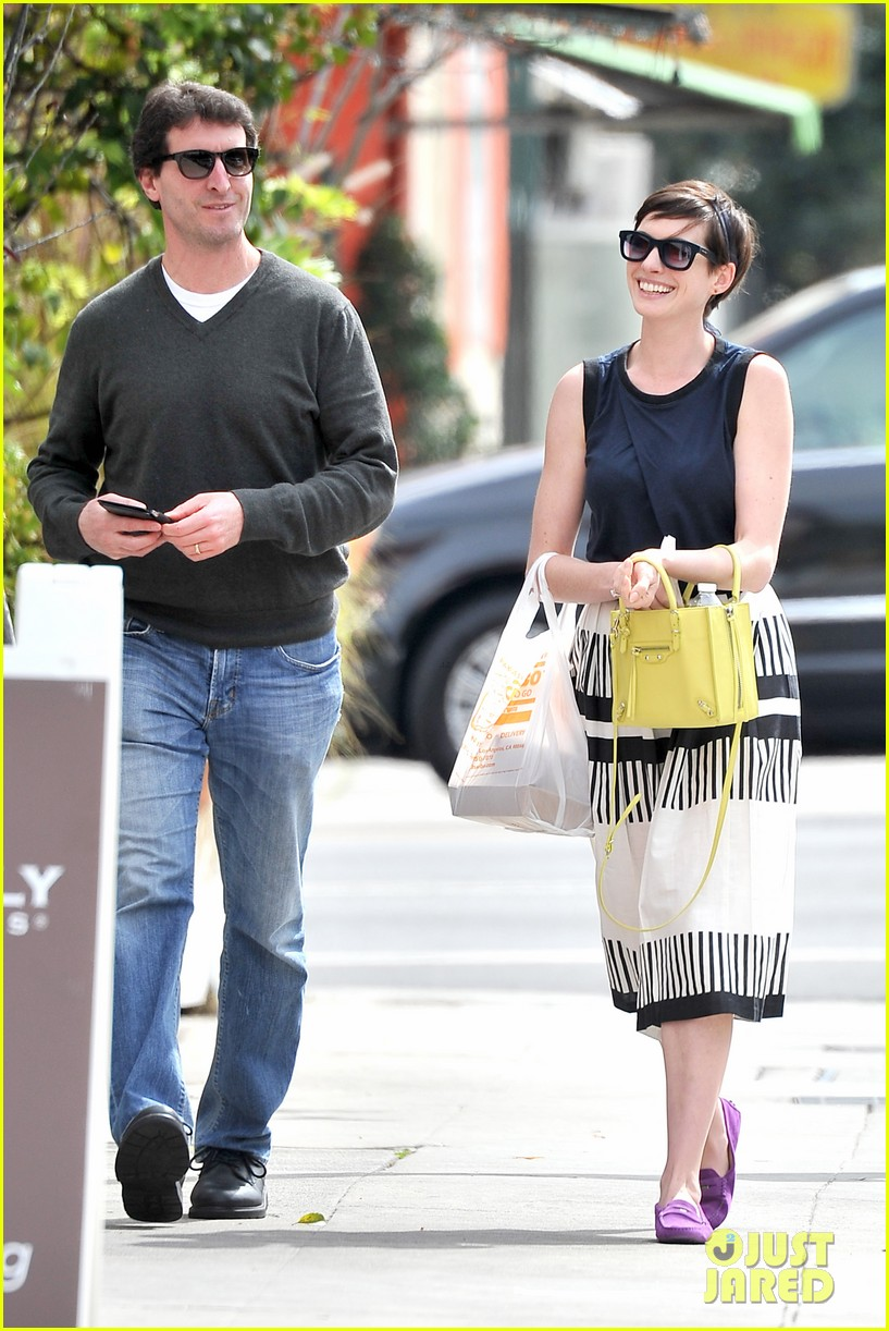 anne hathaway is black white chic for lunch with a pal 08