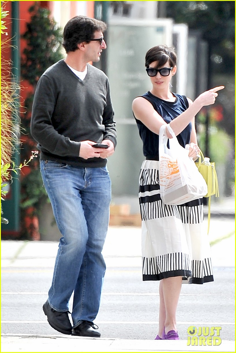 anne hathaway is black white chic for lunch with a pal 103070456