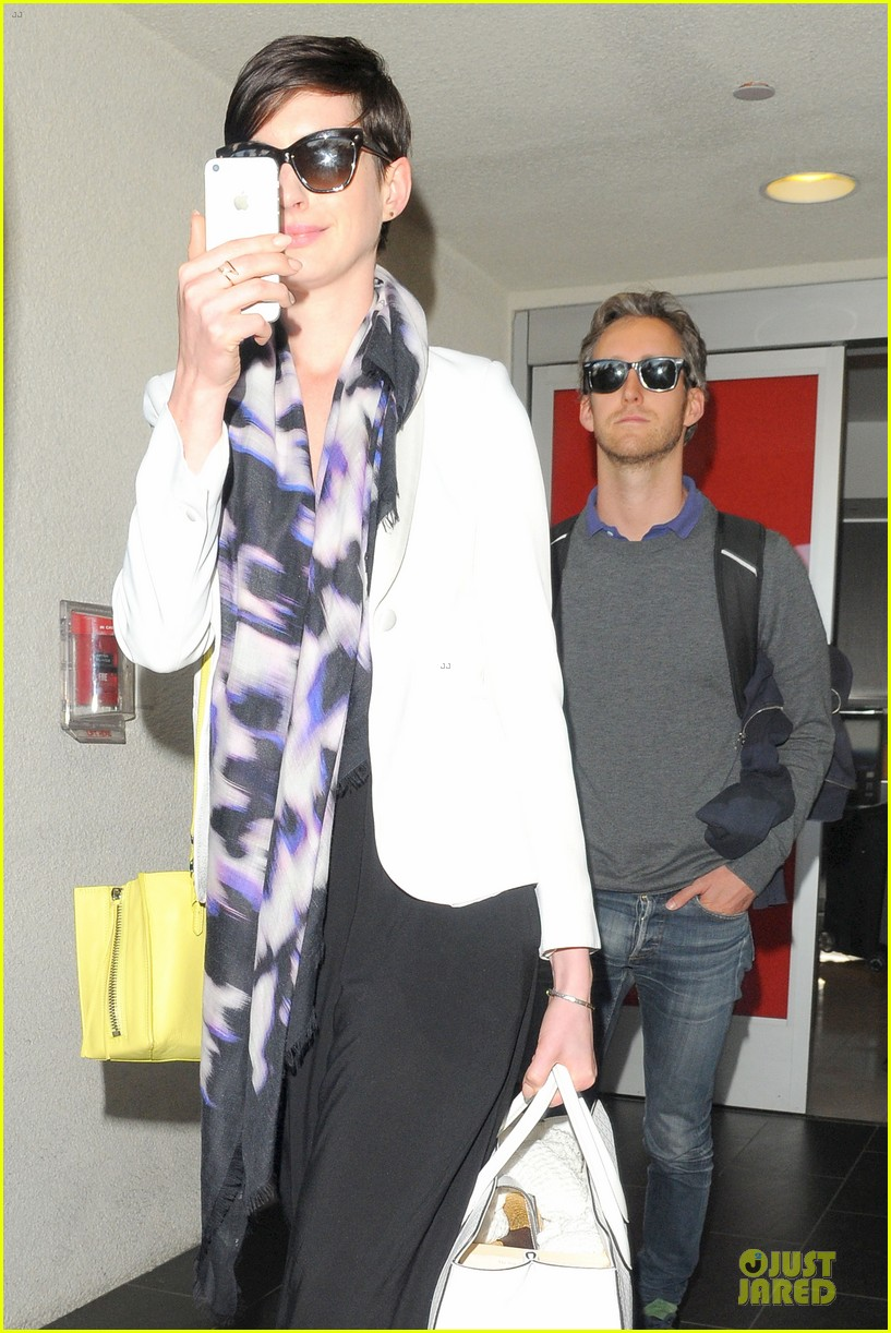 anne hathaway records at lax airport 10