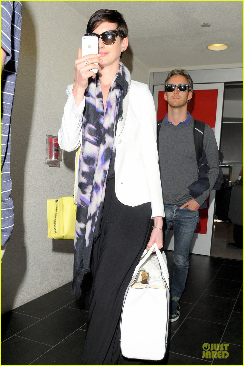 anne hathaway records at lax airport 11