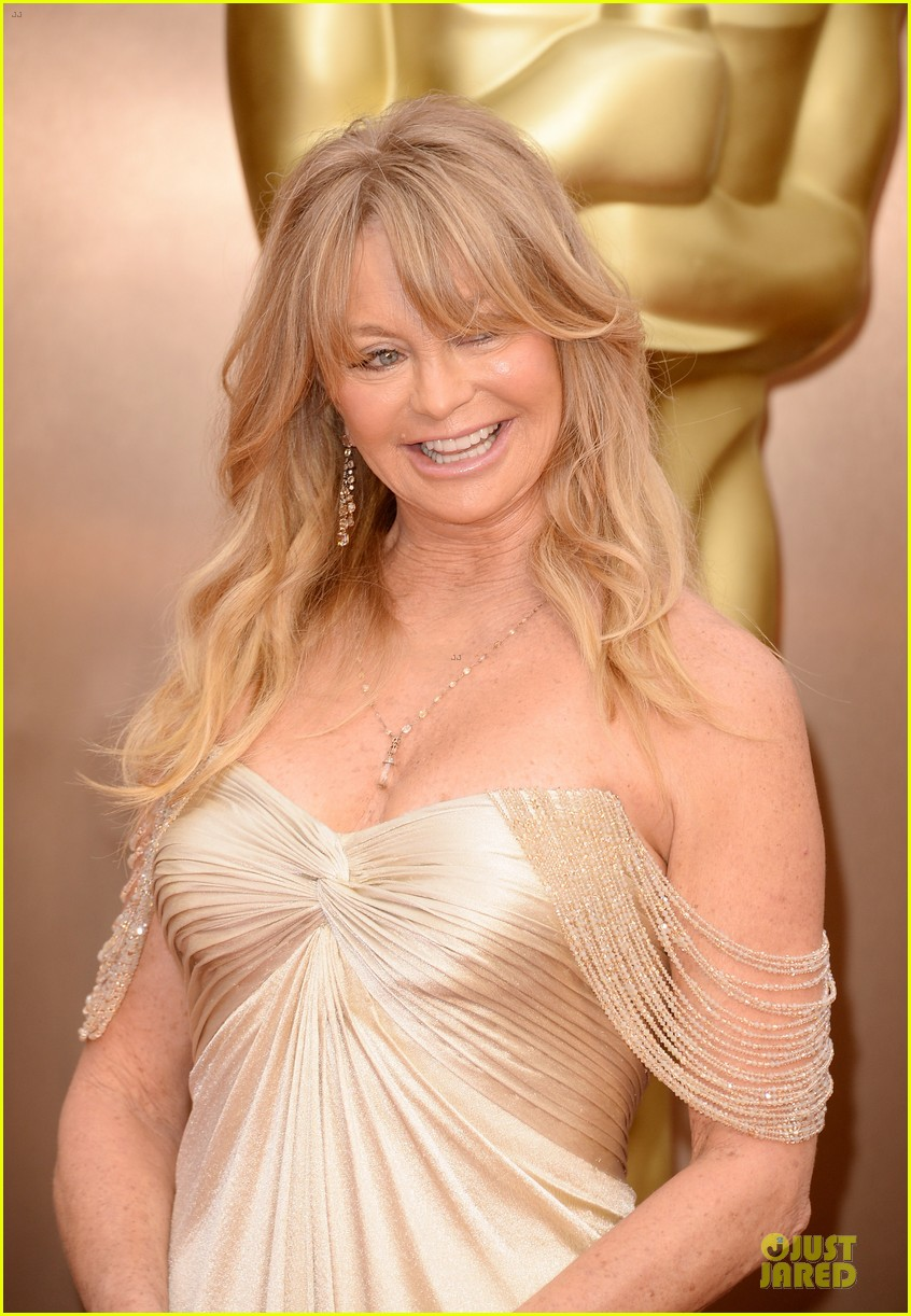 presenter goldie hawn golden goddess on oscars 2014 red carpet with kurt russell 023064060