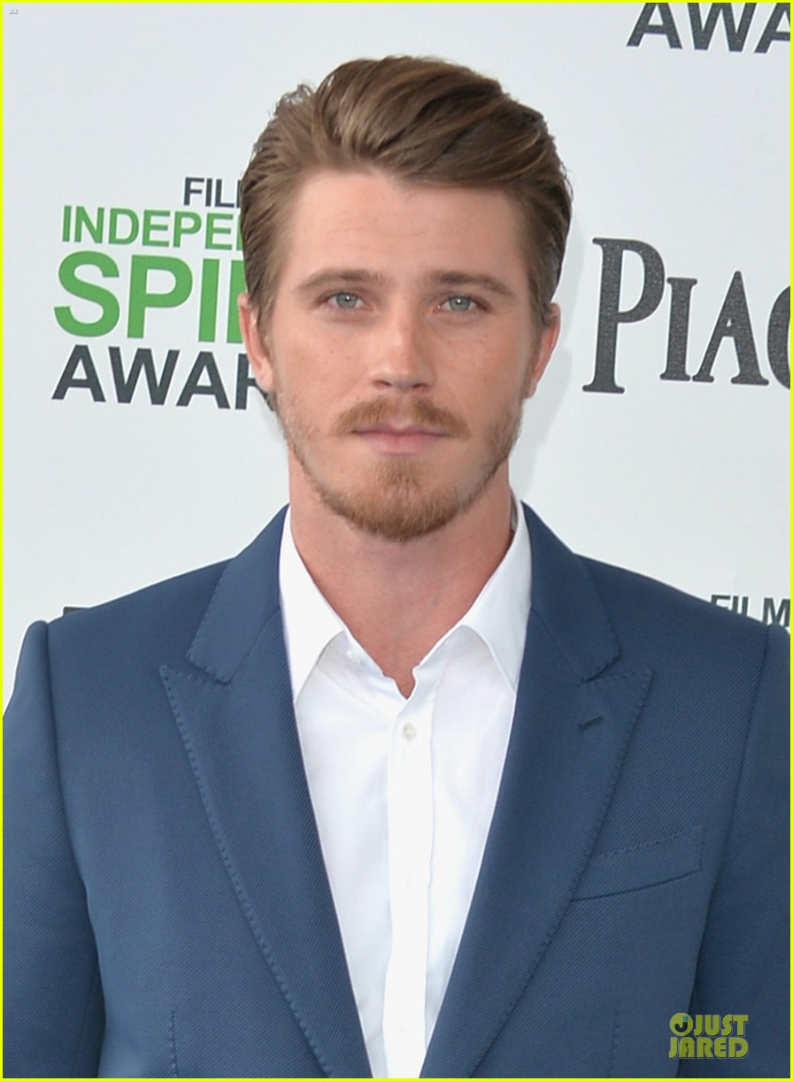 garrett hedlund keanu reeves oozes scruffy sex appeal at independent spirit awards 053063053