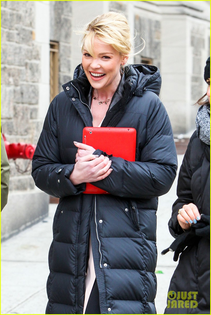 katherine heigl cannot stop smiling on state of affairs set 033078837