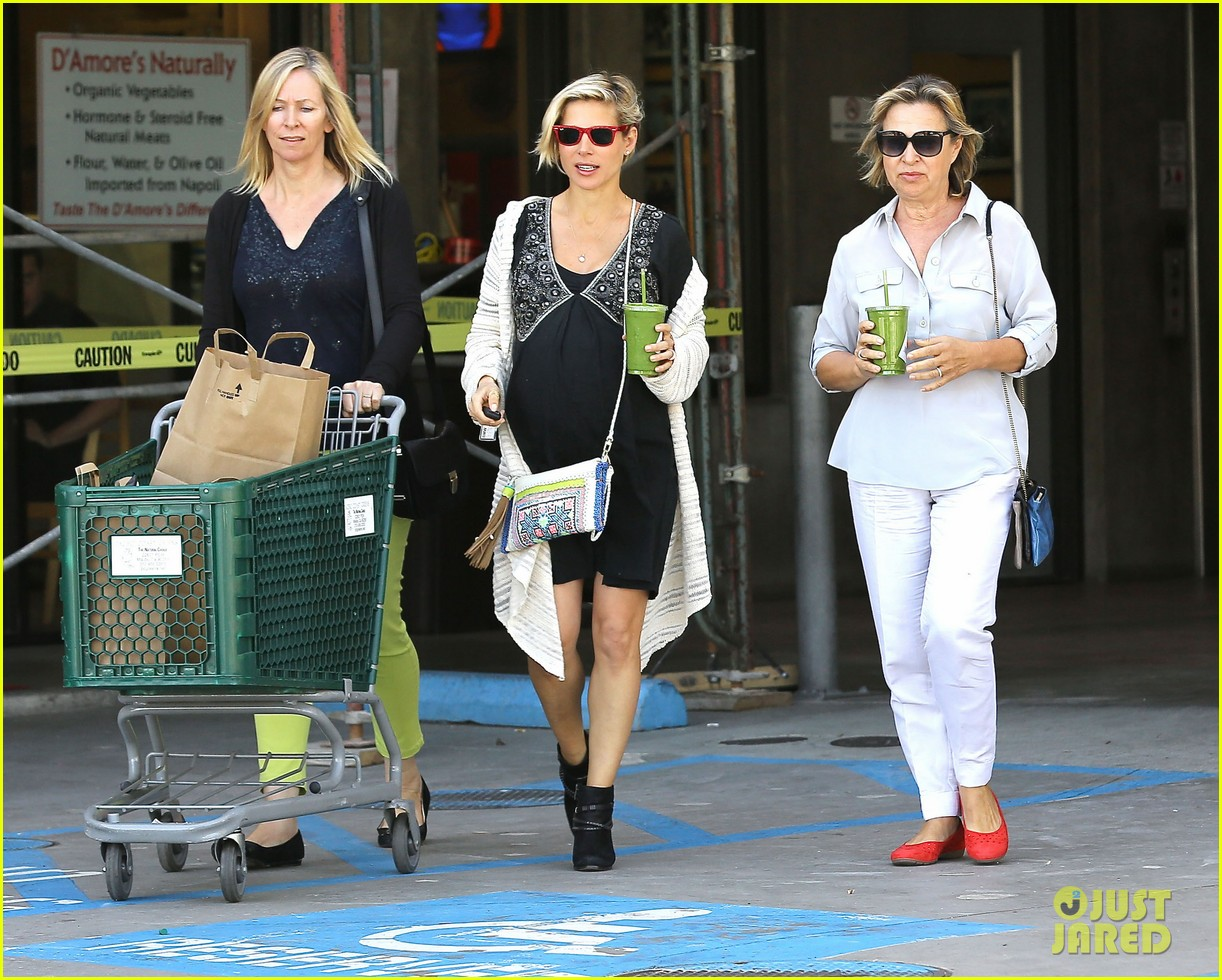chris hemsworth elsa pataky keep busy before twins arrivall 03