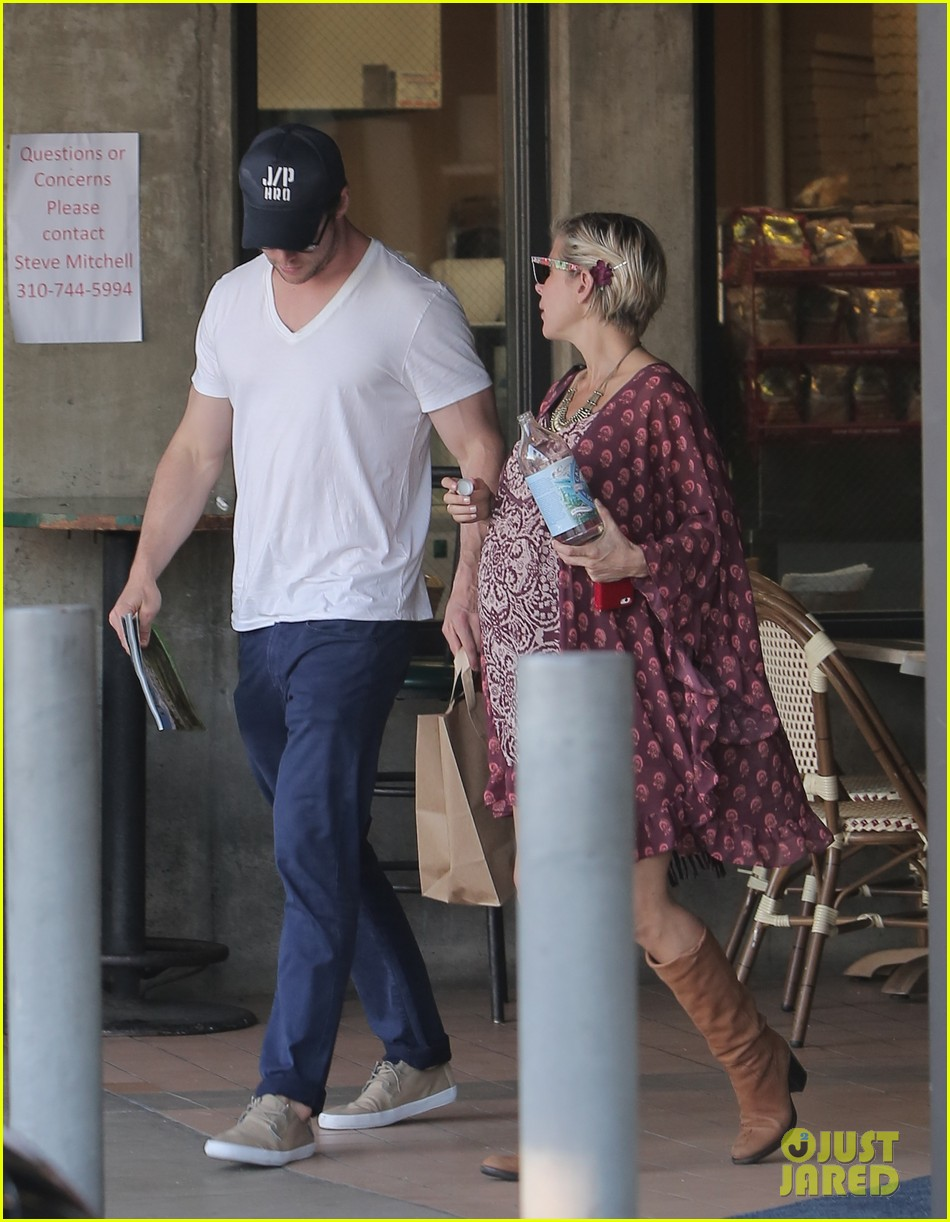 chris hemsworth elsa pataky enjoy lunch date 053067937