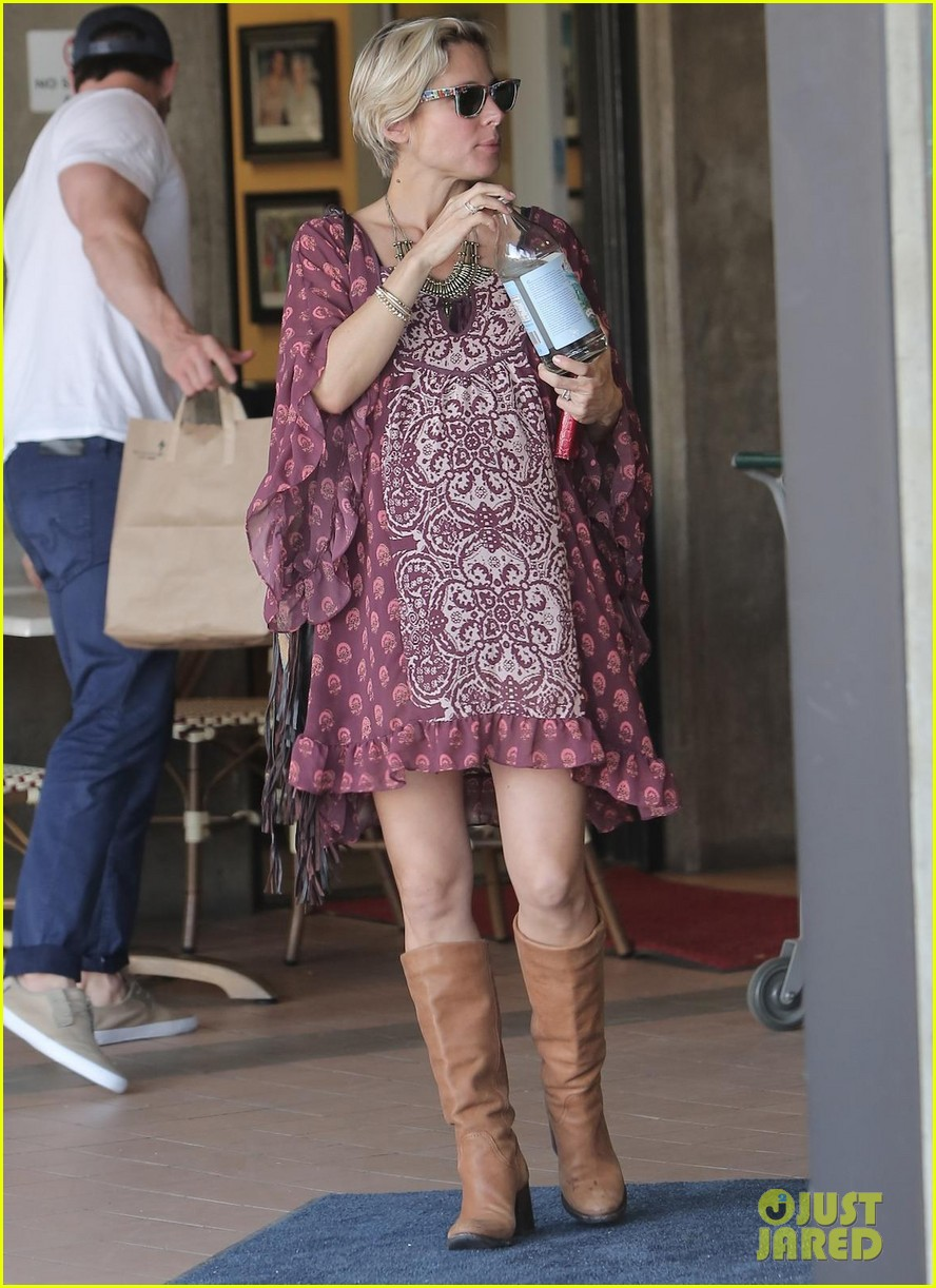 chris hemsworth elsa pataky enjoy lunch date 17