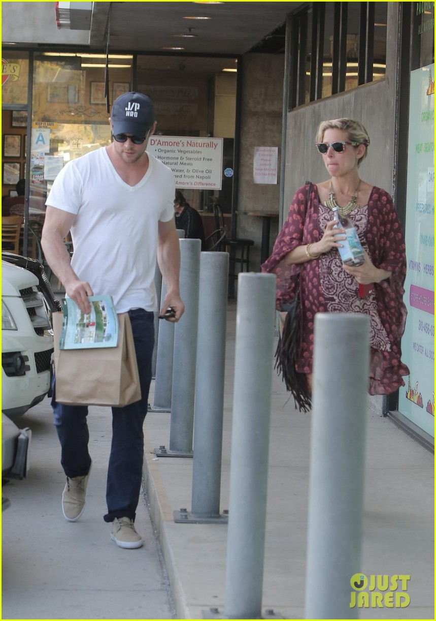 chris hemsworth elsa pataky enjoy lunch date 25