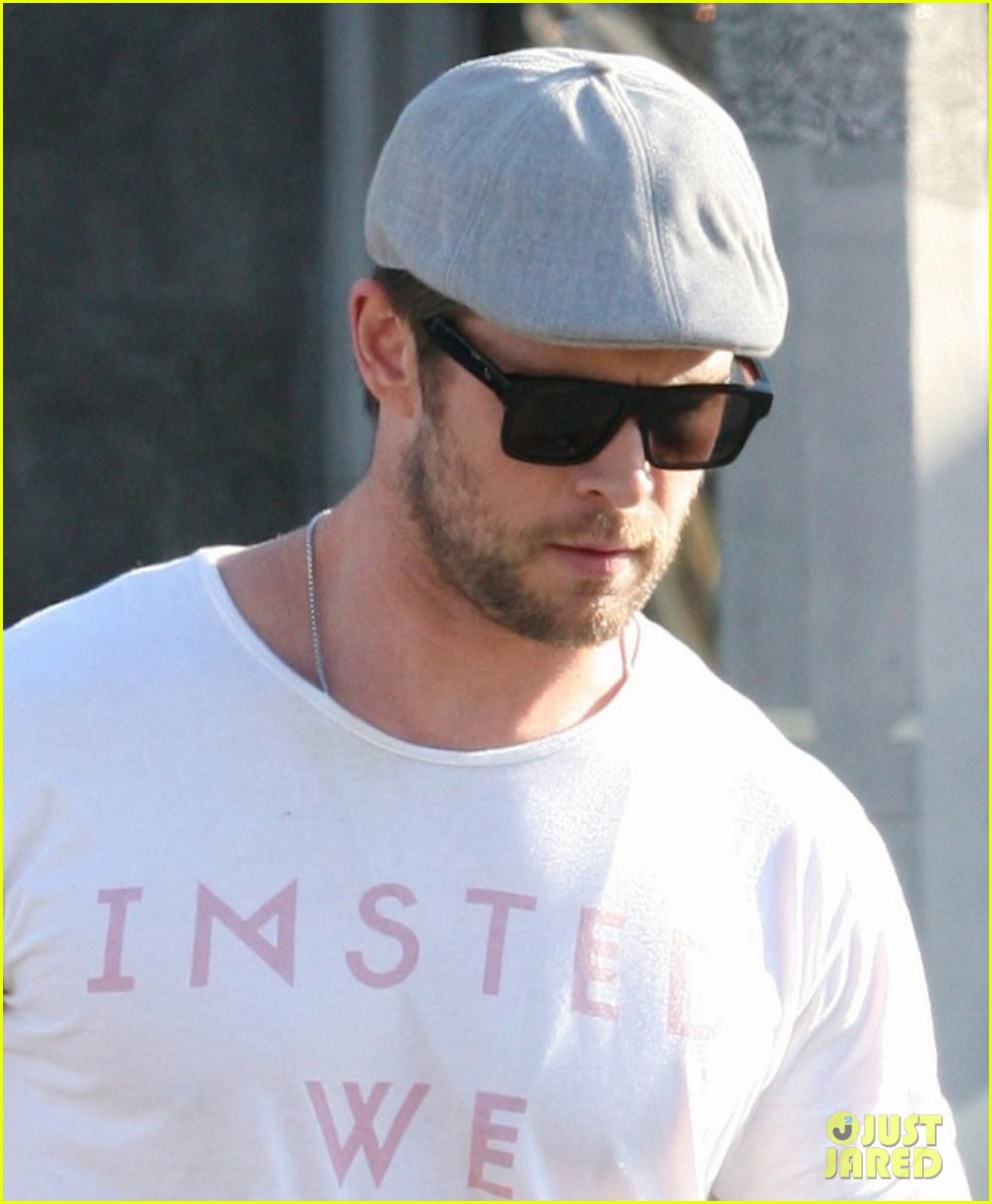 chris hemsworth picks up lunch to go 02