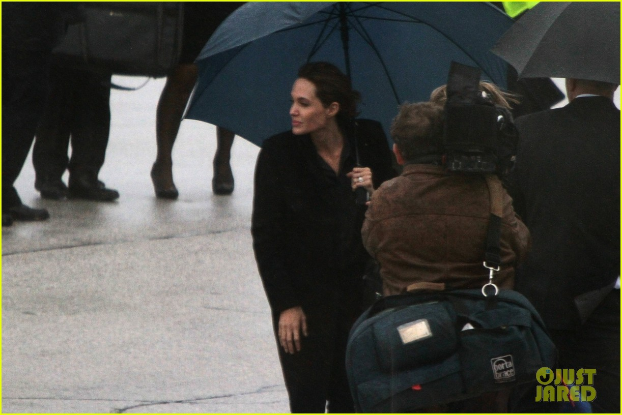 angelina jolie lands in rainy sarejevo with william hague 023079827