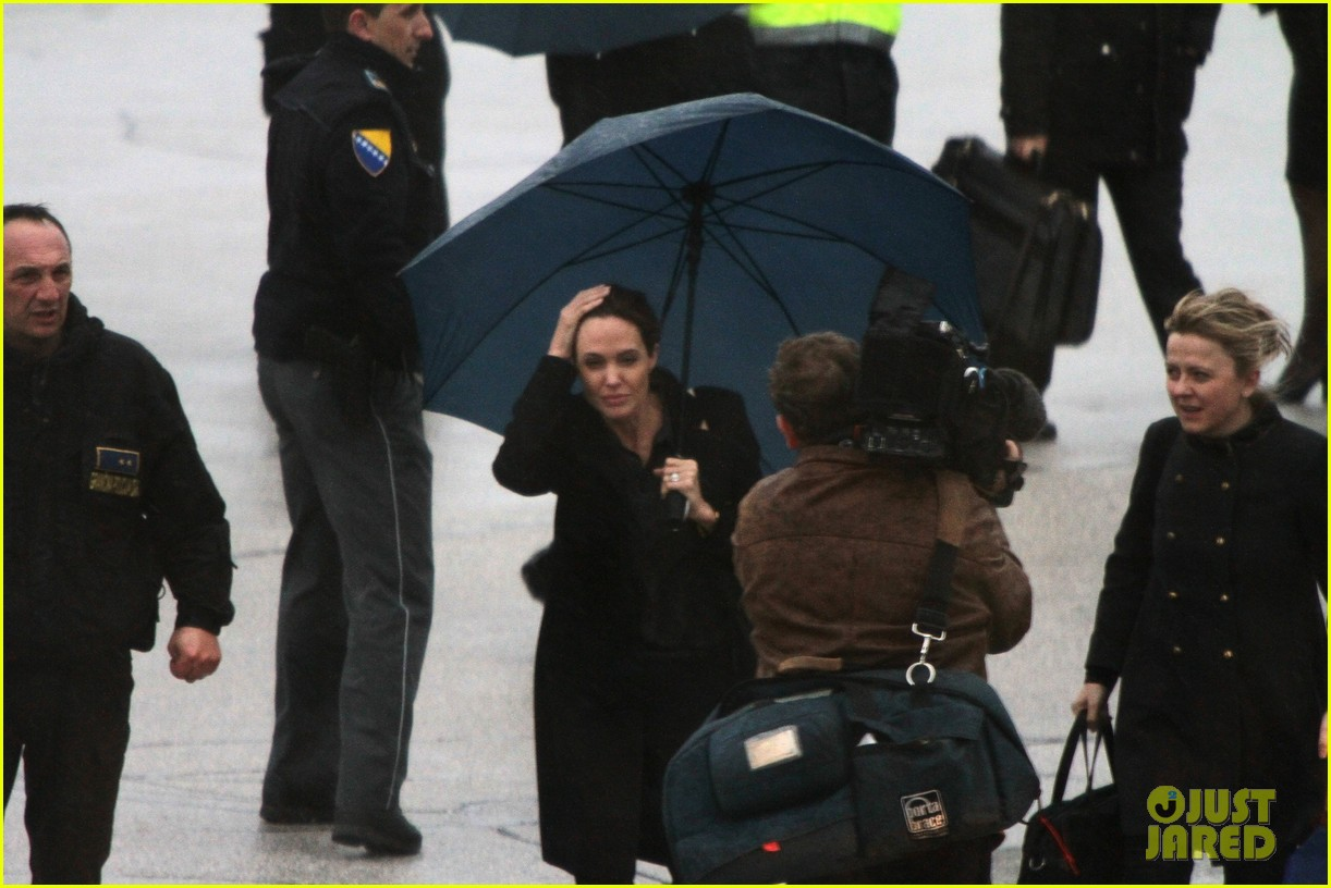 angelina jolie lands in rainy sarejevo with william hague 07