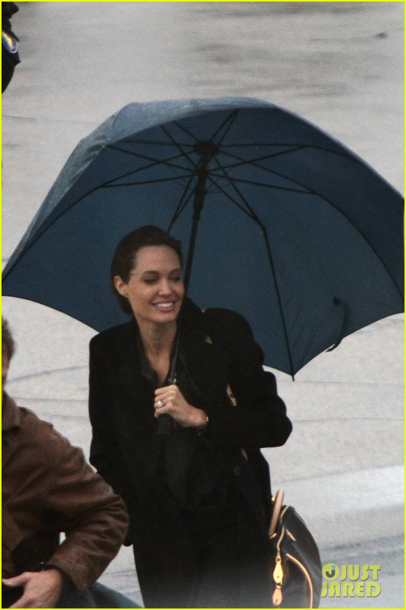 angelina jolie lands in rainy sarejevo with william hague 093079834