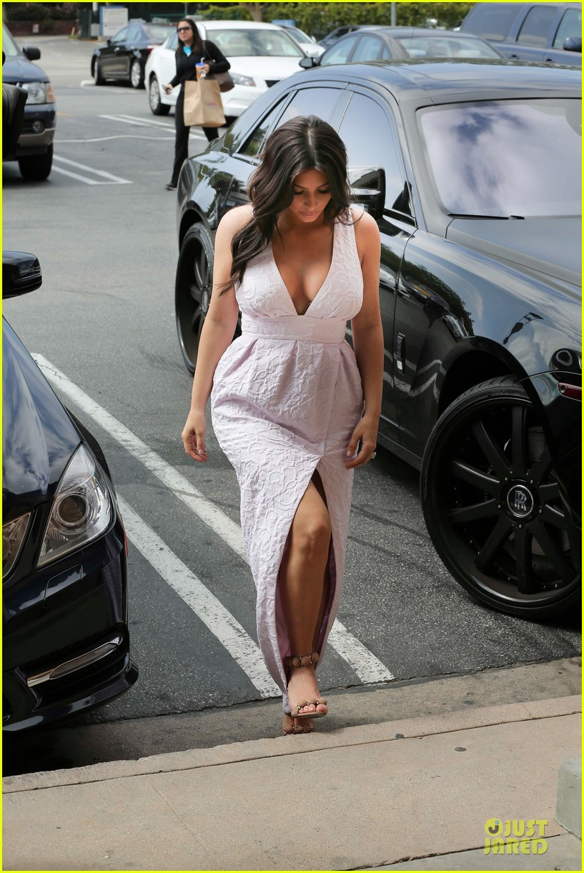 kim kardashian cameras flashing with legs 27