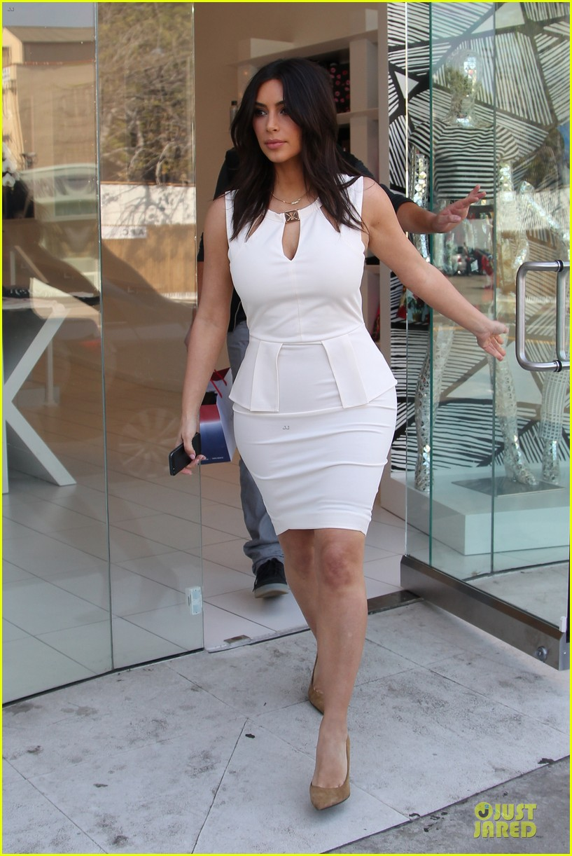 kim kardashian checks on dash store 033073474