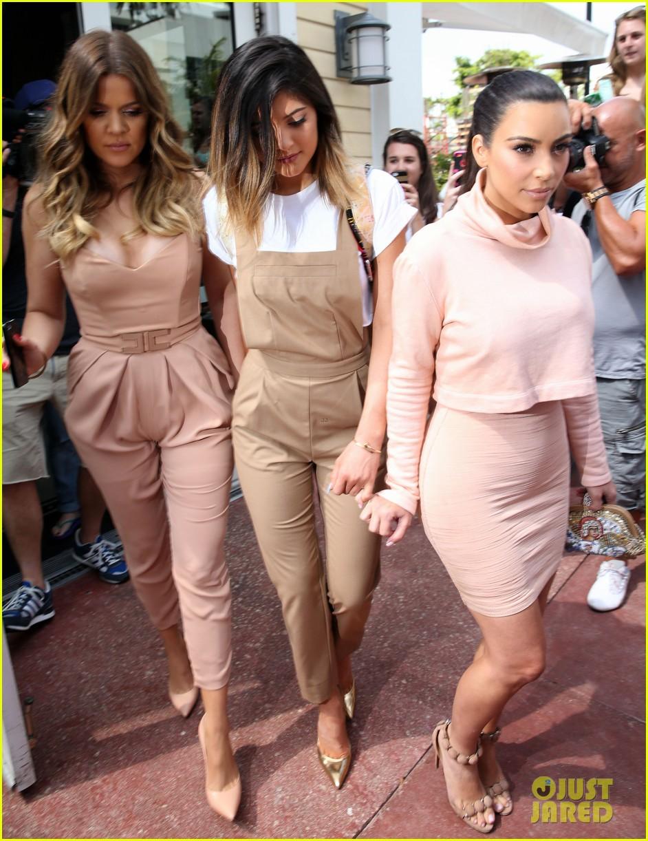 kim kardashian steals kylie jenners bikini 02