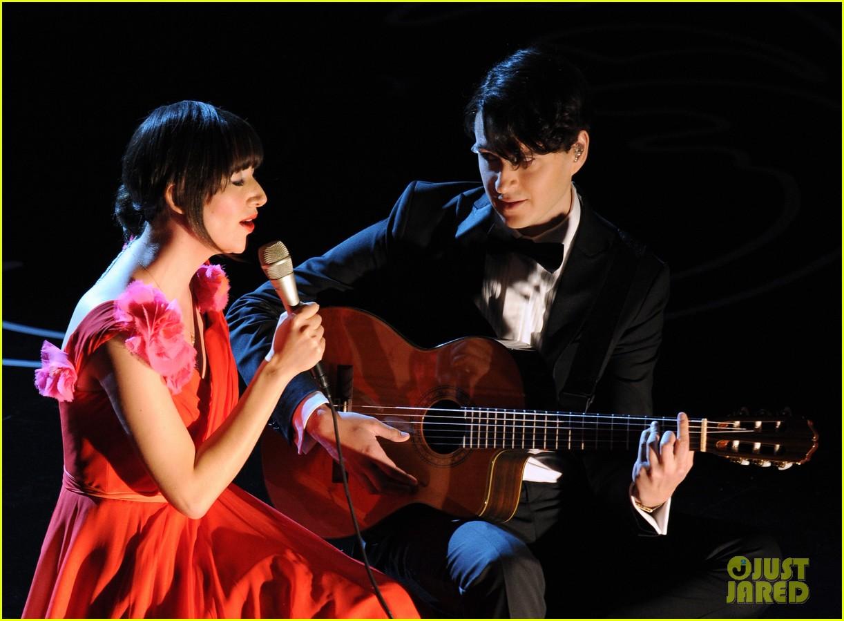 karen o performs the moon song oscars 2014 watch now 053064053