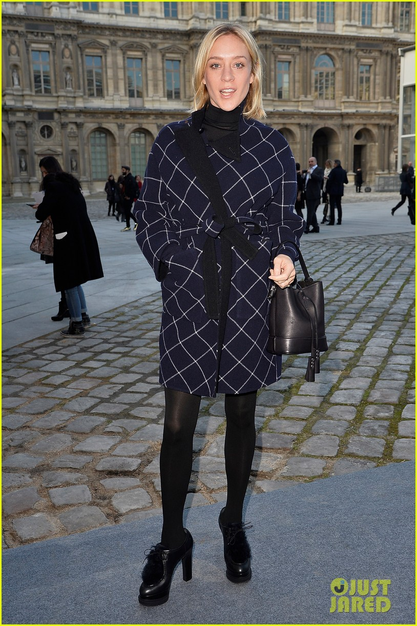 kate mara nicola peltz louis vuitton fashion show 12