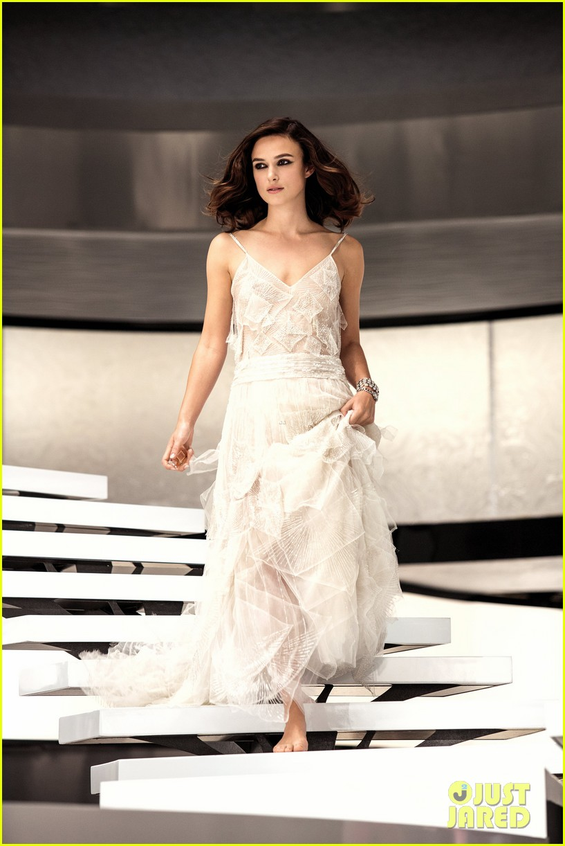 Keira knightley ruined her chanel wedding dress with big for Coco chanel wedding dress