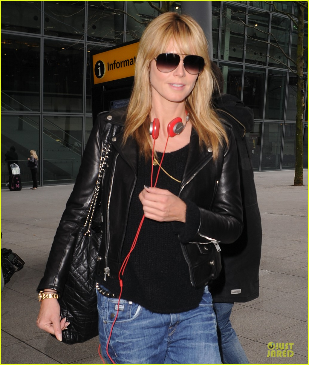 heidi klum stands out with red headphones 22
