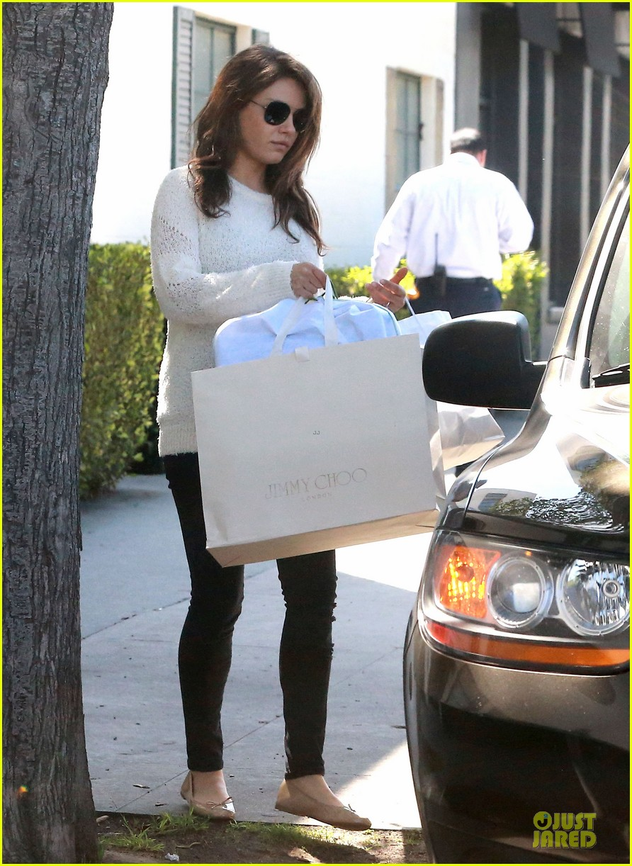 mila kunis brightens up the day with shopping 03
