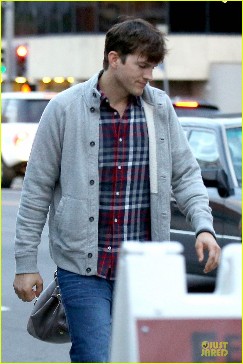 ashton kutcher mila kunis grab dinner as newly engaged couple 12