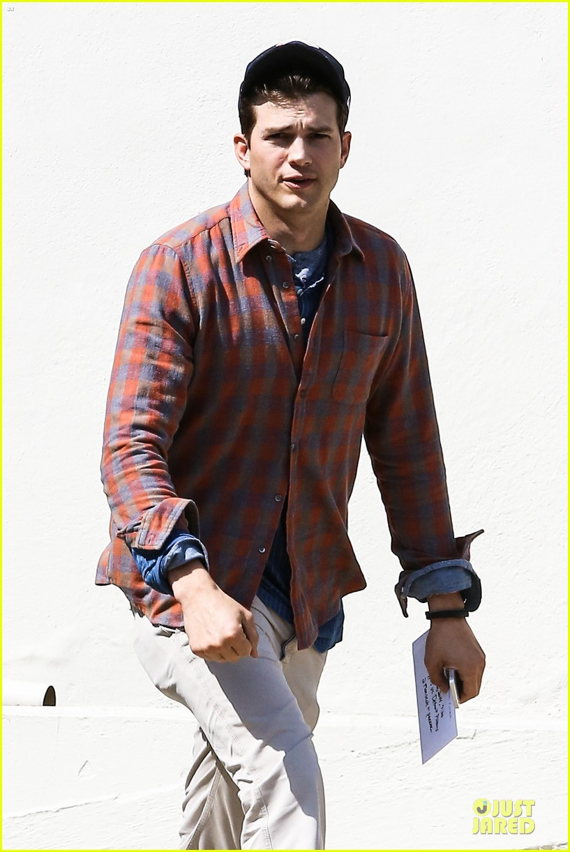 ashton kutcher cooked omelet for zoe kravitz 023076617