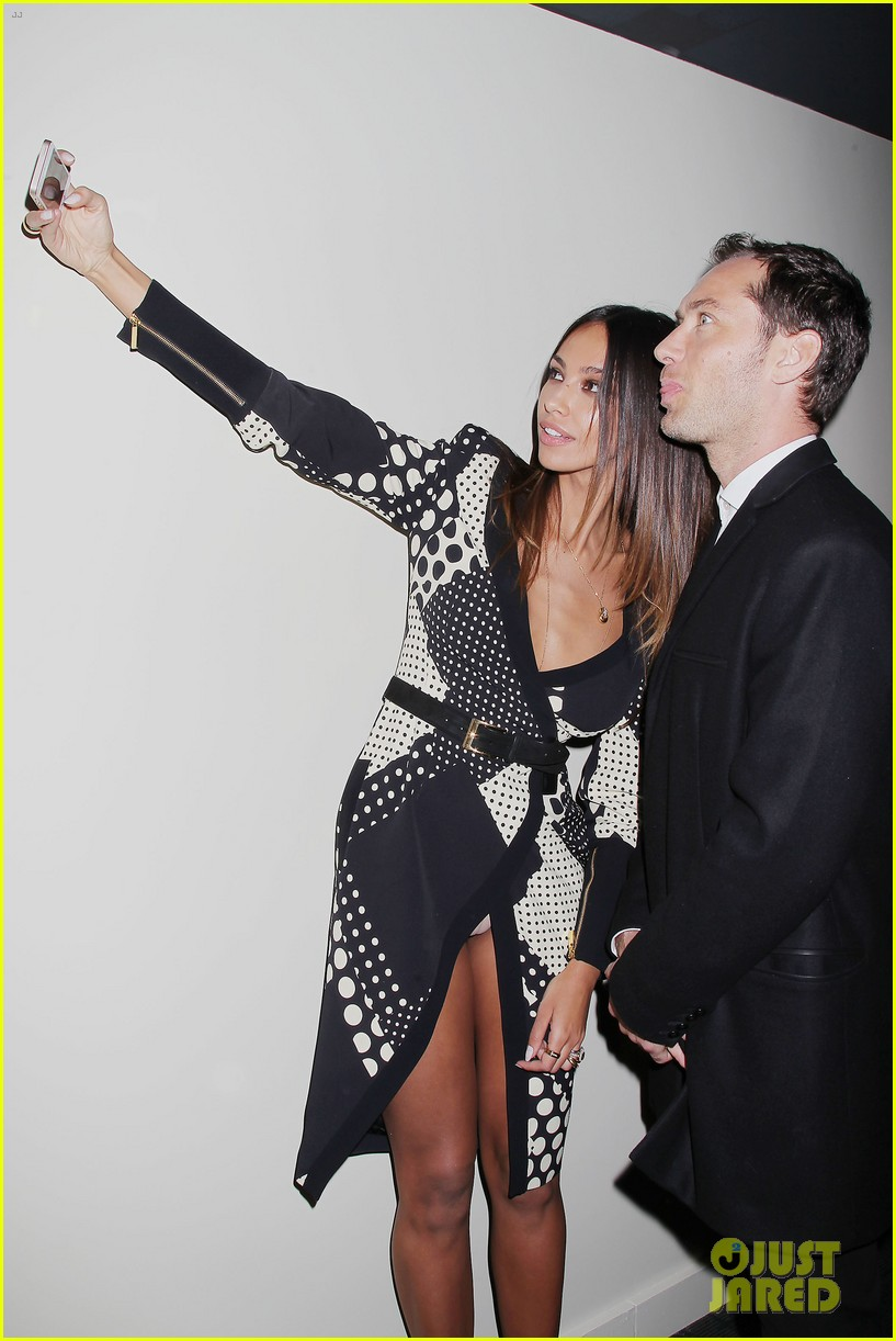 jude law madalina ghenea take a selfie 01