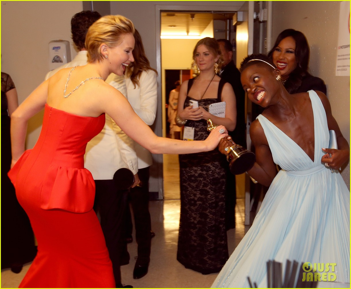 jennifer lawrence tries to steal lupita nyongos oscar backstage see the funny photo 033064351