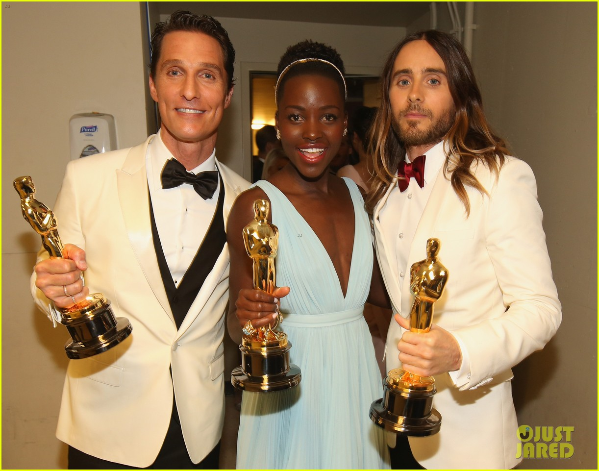 jennifer lawrence tries to steal lupita nyongos oscar backstage see the funny photo 04