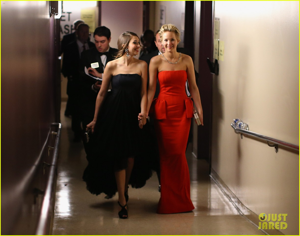 jennifer lawrence tries to steal lupita nyongos oscar backstage see the funny photo 05