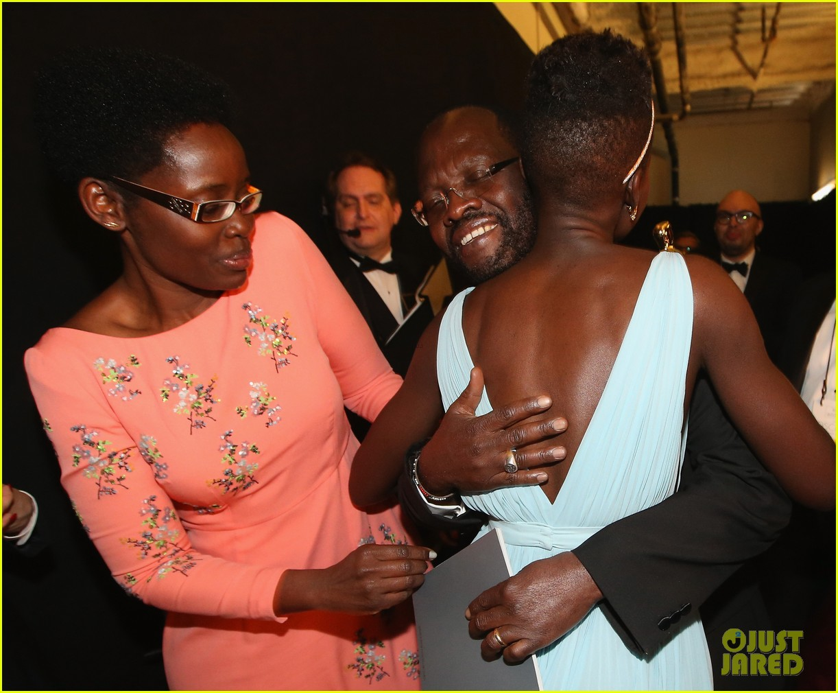 jennifer lawrence tries to steal lupita nyongos oscar backstage see the funny photo 093064357