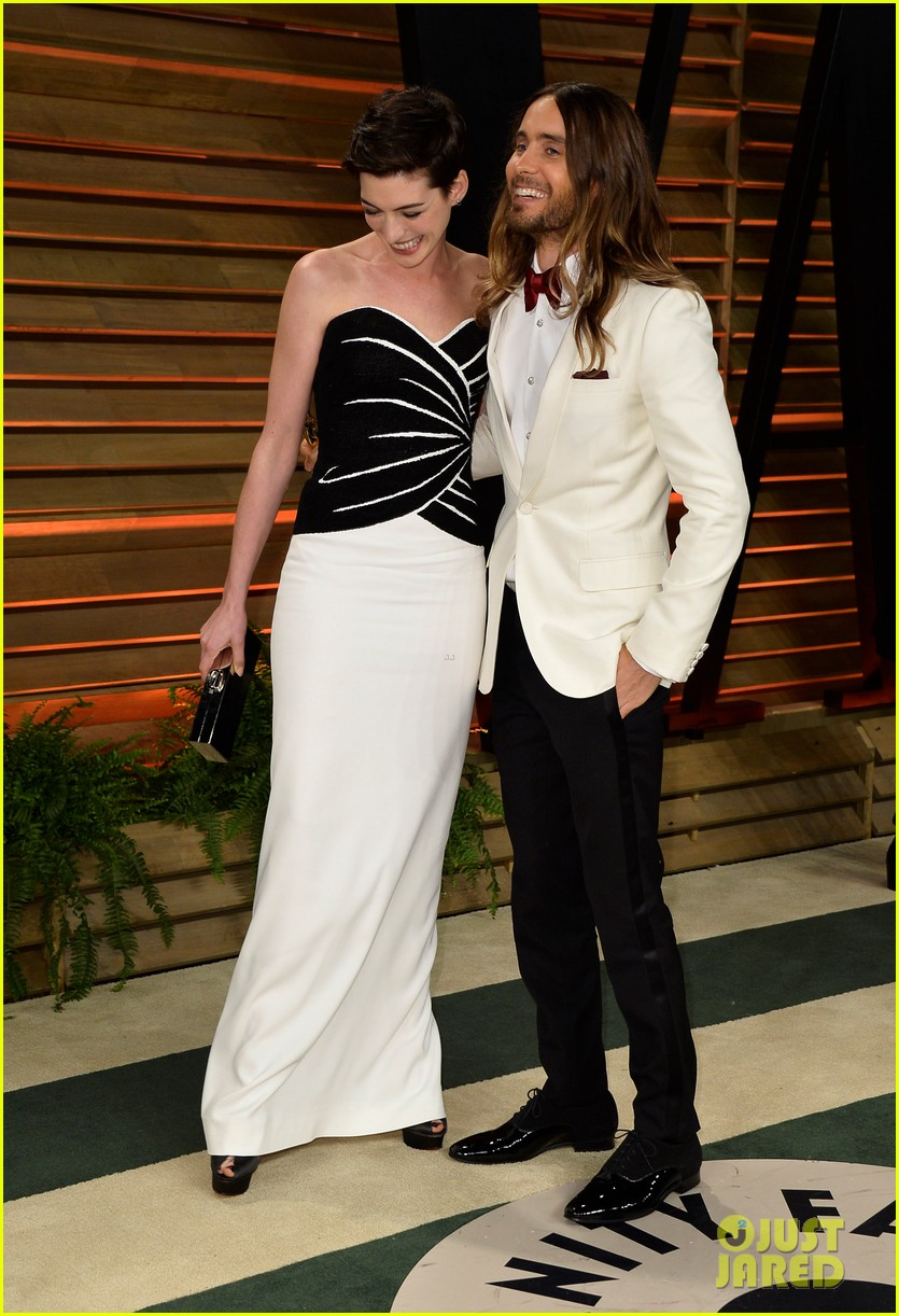 jared leto photobombs anne hathaway at vanity fair oscars party 2014 04