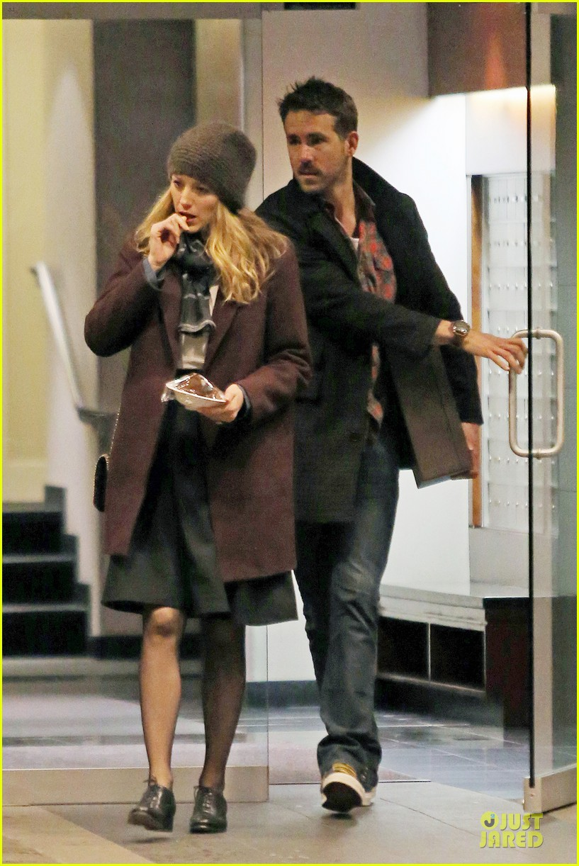 blake lively ryan reynolds drop by moms home 01