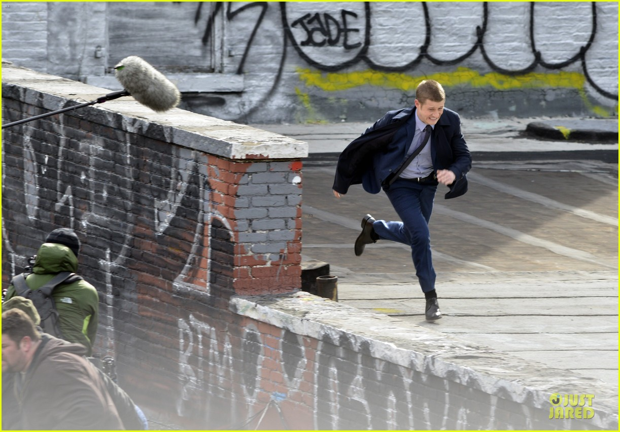 ben mckenzie pulls out a gun for gotham 043073527