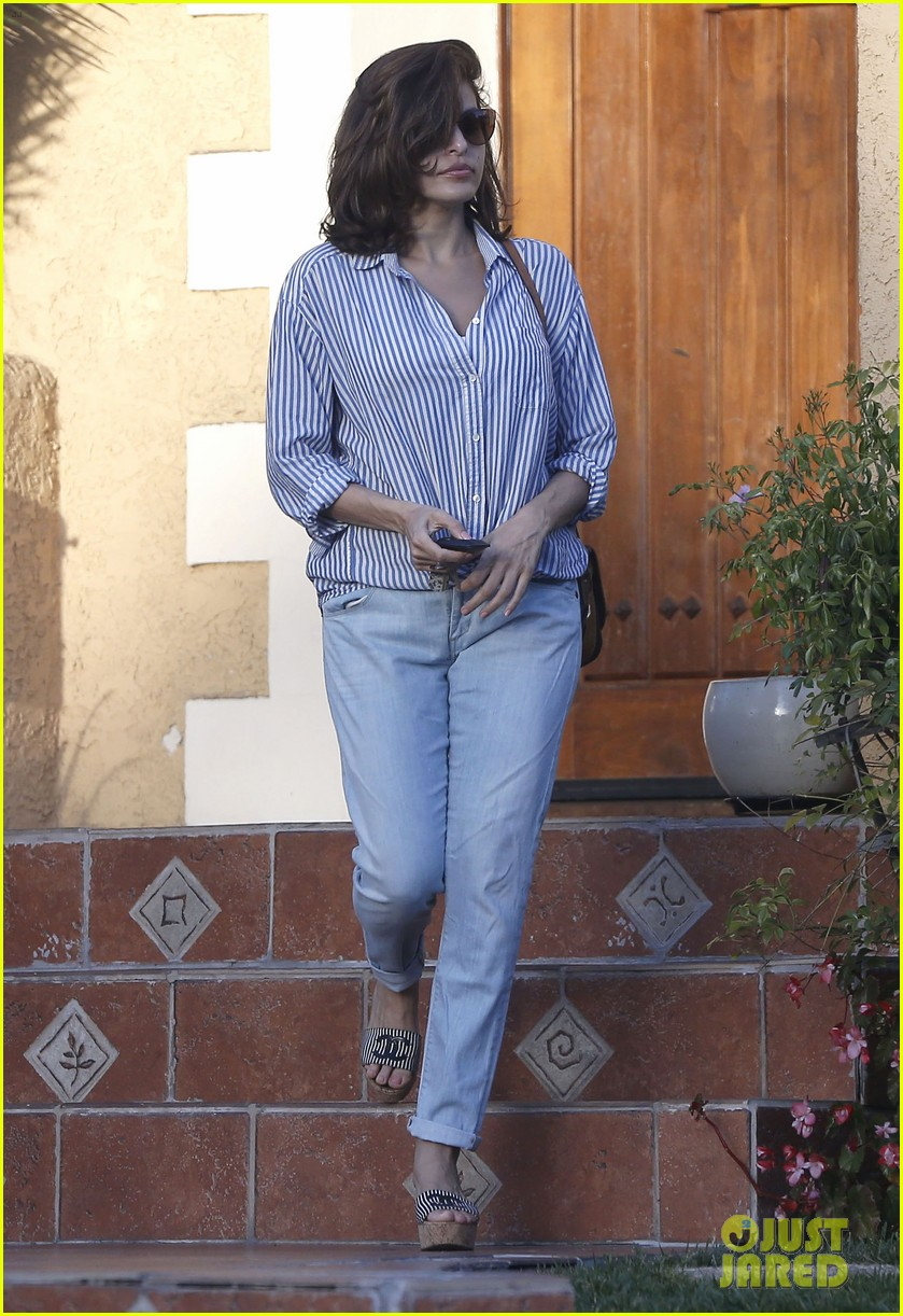 eva mendes visits a friend weho 063073941