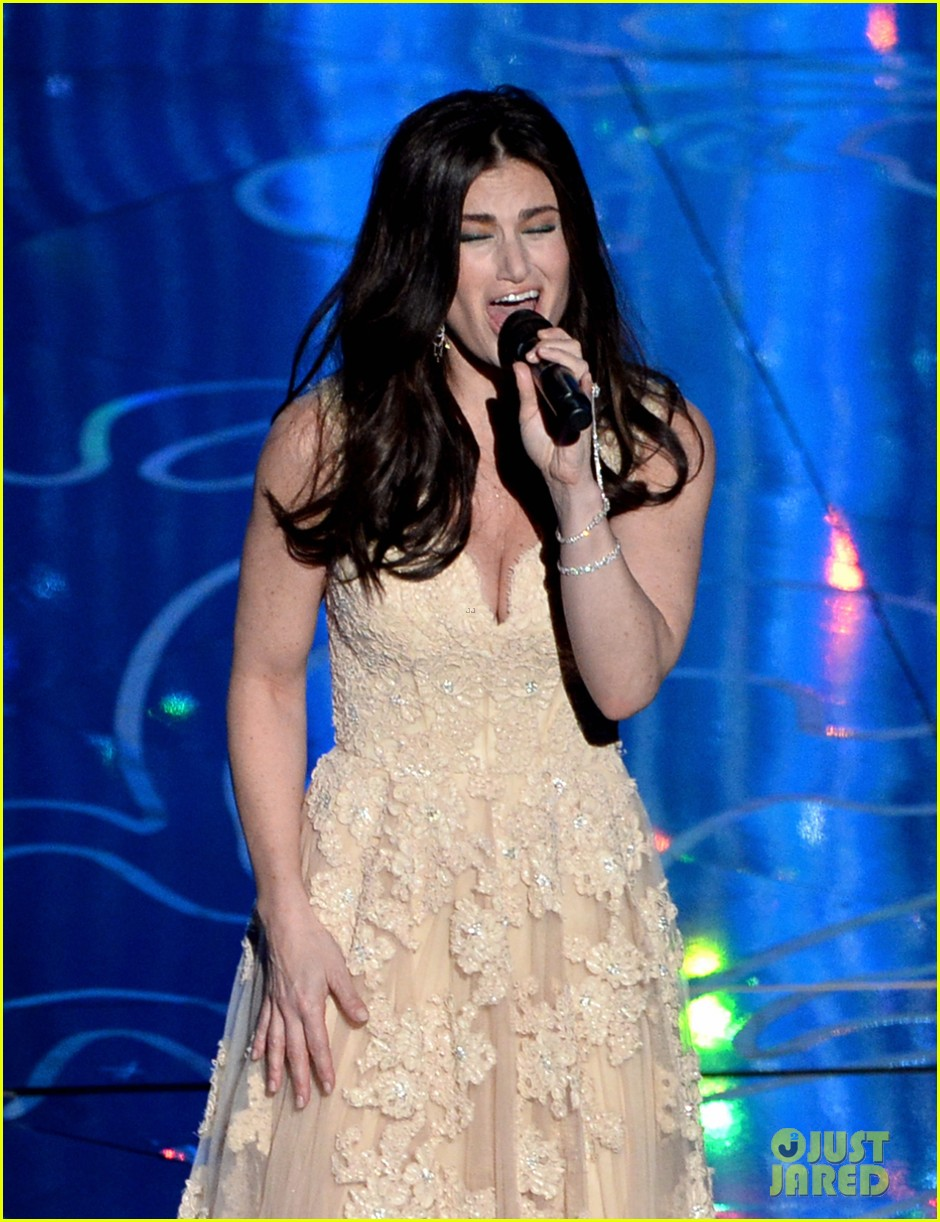 frozens idina menzel performs let it go at oscars 2014 video 02
