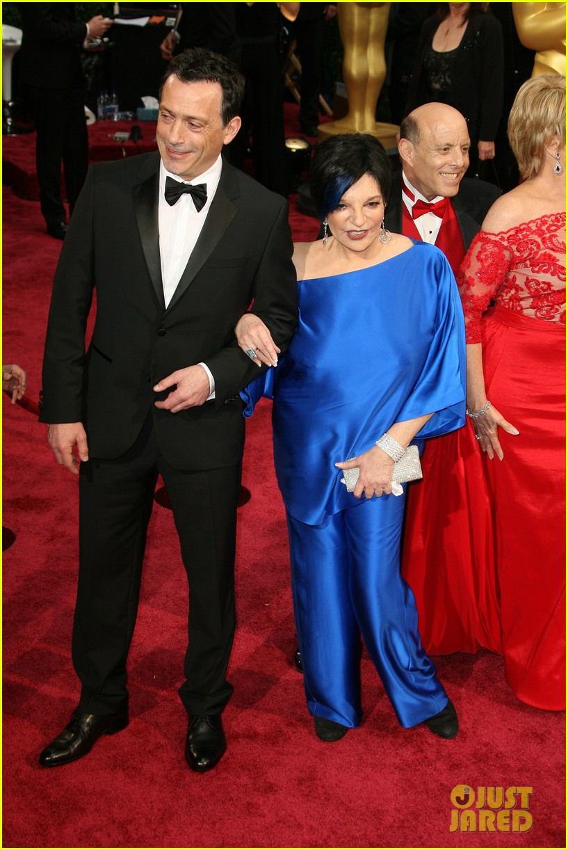 liza minnelli wears blue streak in hair at oscars 2014 013064039