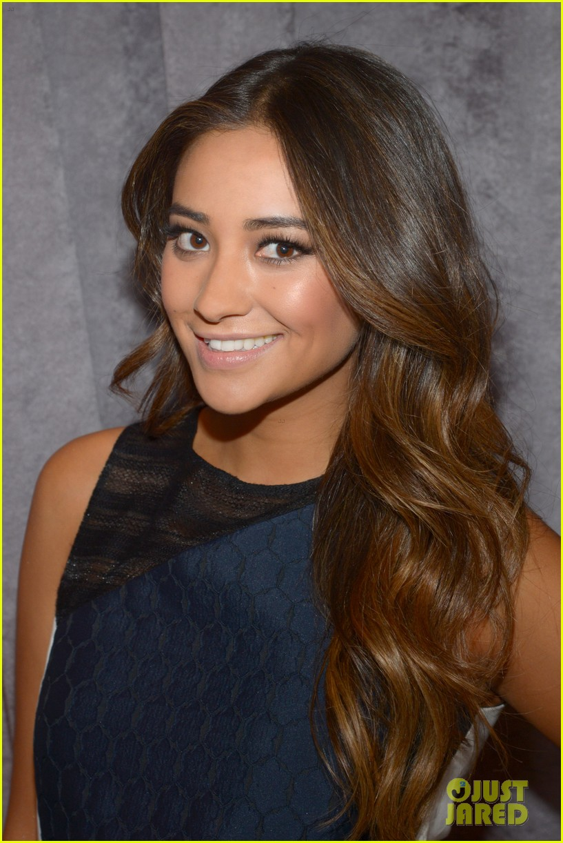 shay mitchell is very careful while live tweeting pretty little liars 02